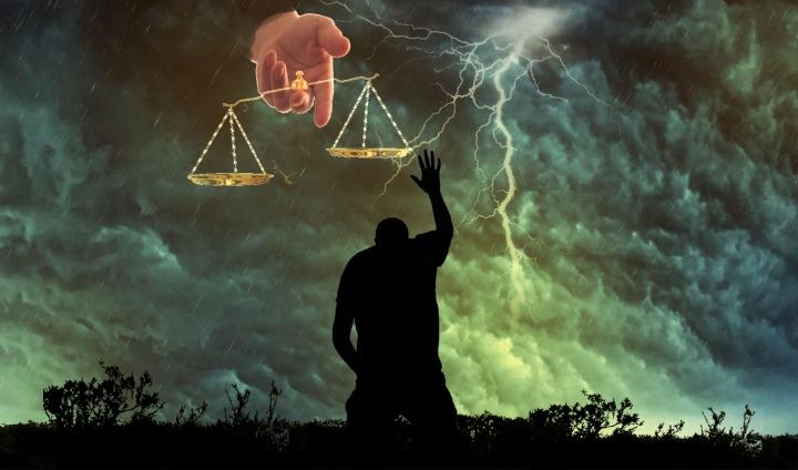 Tanrı merkezli din anlayışında, tanrının eli ve iki kefeli terazisi vardır!