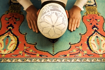 """Allâh'a secde etmek, O mutlak varlık yanı sıra, ne senin ne de bir başka varlığın vücudunun, """"var"""" olmadığını idrak etmek, müşahede etmektir!"""